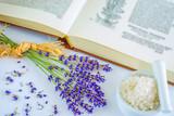 Fototapety Lavendel mit Mörser, Meersalz, Buch