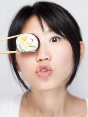 Japanerin beim Sushi essen
