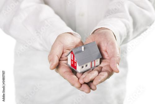 Haus wird auf Händen getragen