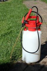 Pumpe für Unkrautvernichtung steht im Garten