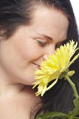 Frau mit gelber Chrysantheme