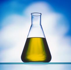 Biodiesel im Erlenmeyerkolben vor blauem Hintergrund