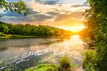 Zachód słońca nad rzeką w lesie