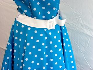 Blaues Kleid mit weißen Punkten aus den Fünfziger Jahren