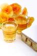 Dessert con rosolio e fiori di begonia