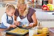 Mutter und Tochter backen Plätzchen in Küche