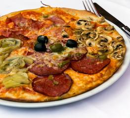 Salami Pizza mit Artischocken