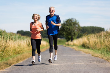 älteres Paar joggt