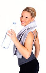 Sportliche attraktive junge  Frau mit Wasserflasche