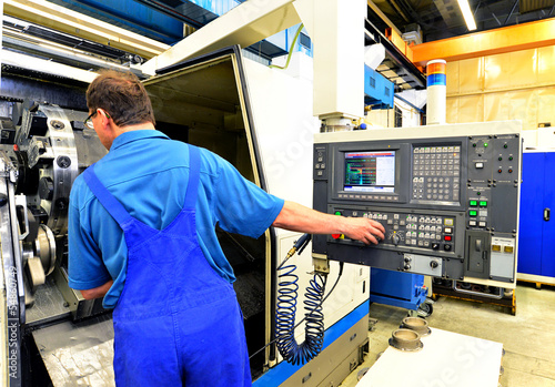 Bedienung CNC Maschine in der Industrie