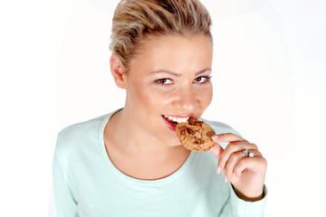 Frau genießt einen Keks