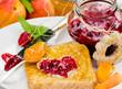 Fruchtiger Sommergenuss: Toastbrot mit bunten Marmeladen