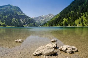 See mit Berg und Wald