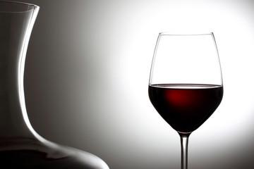 vino rosso bicchiere su sfondo grigio