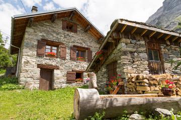Chalets en pierre dans le hameau