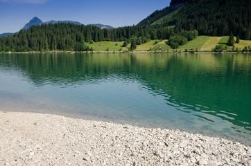 Steine am See mit türkis Wasser