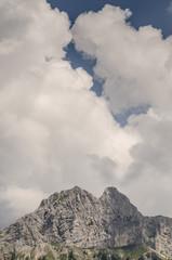 Wolken und blauer Himmel über dem Berg