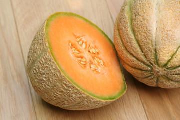 melone su tavolo di legno