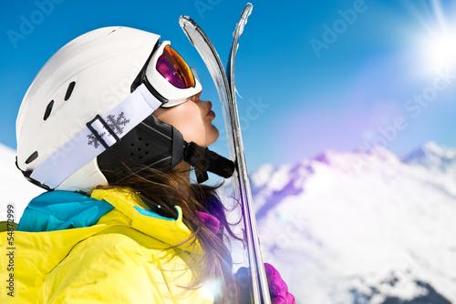 Frau küßt Ski