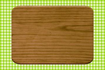 Holzbrettchen auf grün-weißer Tischdecke
