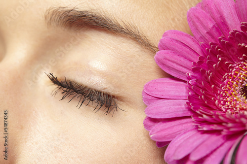 Auge mit pinkfarbener Gerbera (close-up)