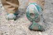 Zwei Beine mit Wanderschuhen laufen auf Steinen