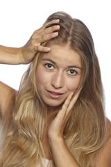 Junge Frau rauft sich in den Haaren