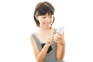 スマートフォンを持った笑顔の女の子