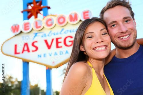 Fototapeta Las Vegas tourist couple at Las Vegas sign