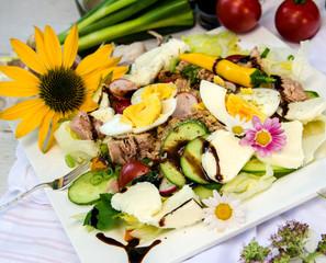 Sommersalat mit Rohkost, Eiern, Thunfisch und Blüten