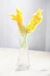 Fiori di zucchine in un vaso di vetro