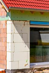 Isolierung an einem im Erdgeschoss Fenster, Neubau