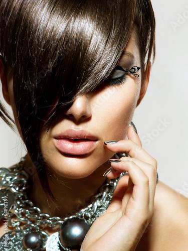 Moda Glamour Piękna dziewczyna ze stylową fryzurę i makijaż