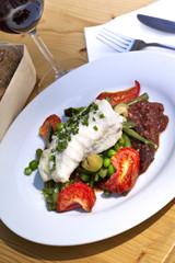 Poisson, merlu, tomates, petits pois, confit, légumes