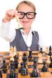 kleiner Jung spielt Schach