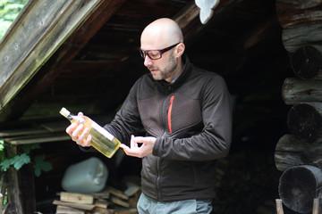 Mann auf der Hütte mit Weißwein