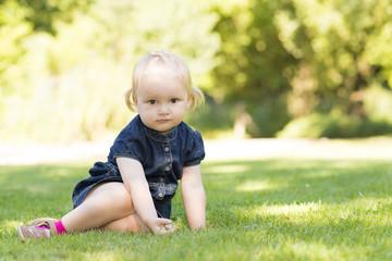 Kleines Kind im blauen Jeanskleid