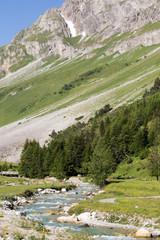 Rivière dans la vallée en montagne