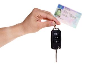 Hand hält Autoschlüssel und Führerschein
