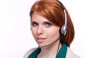junge freundliche geschäftsfrau mit headset isoliert