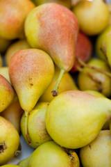 frische reife birnen im sommer auf dem markt