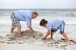 alleinerziehender vater mit söhnen kindern spielen am strand