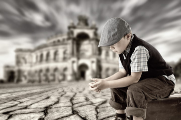 einsamer kleiner Junge
