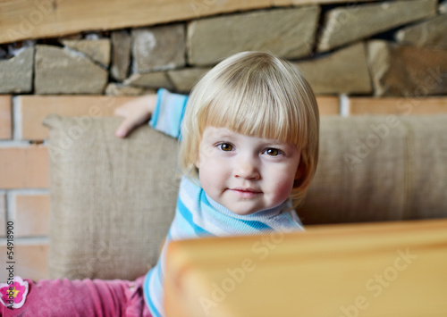 toddler in cafe
