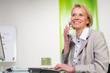 geschäftsfrau führt freundliches telefonat