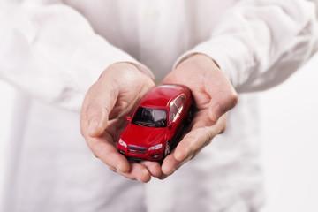 Auto wird auf Händen getragen