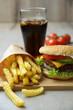 Vegetarischer Burger mit Cola und Fritten