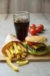 Sojaburger mit Pommes und Cola