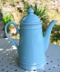 cafetière bleue , café en terrasse