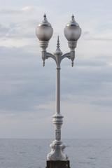 Farola blanca de tres brazos de hierro forjado